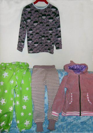Lasten vaatteita; trikoo ja sametti.