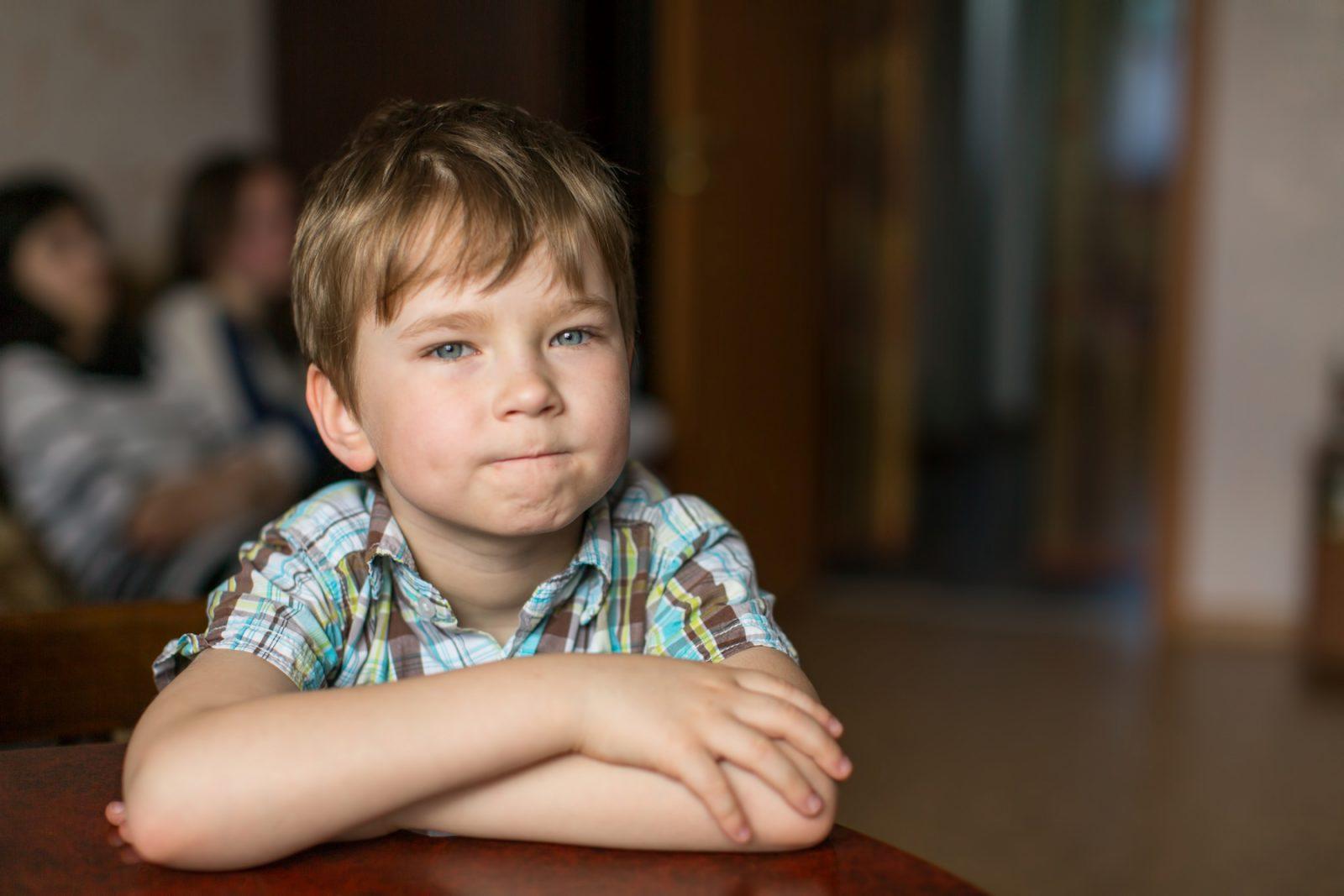 5-vuotias poika katsoo kuvaajaa