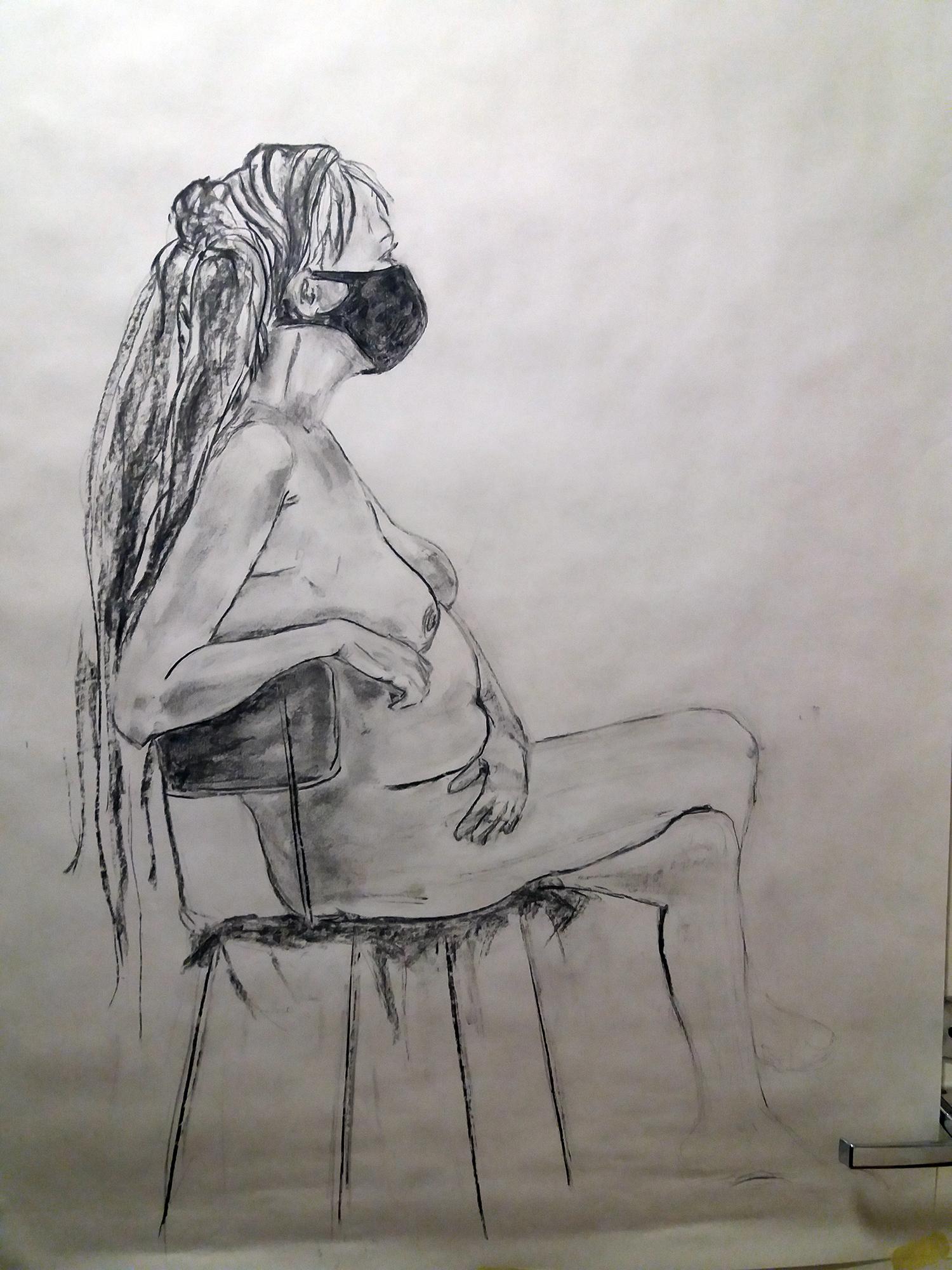 Hiilellä piirretty naishahmo.