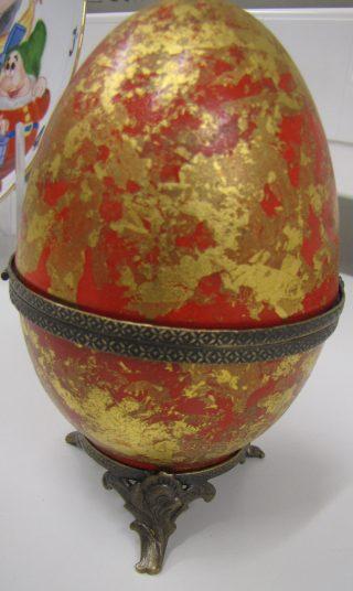 Pääsiäismuna; punaista ja kultaa.
