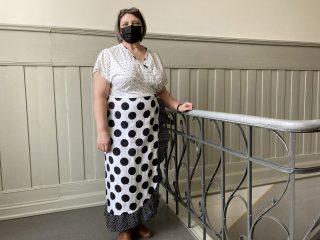 Naisen mustavalkoinen, kuviollinen mekko.