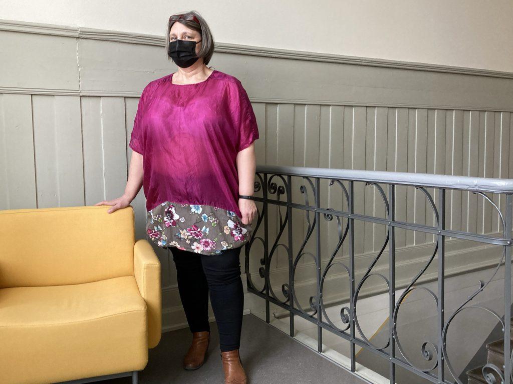 Naisen silkkihuivista valmistettu fuksianvärinen pusero.