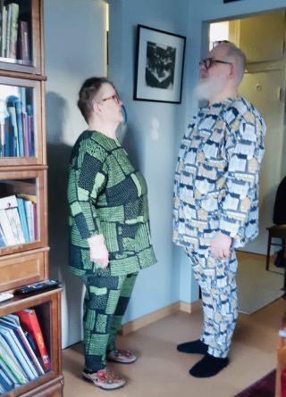 Mies ja nainen trikooasuissa.