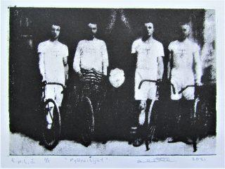 Neljä miestä rivissä, musta valkoinen grafiikanvedos.