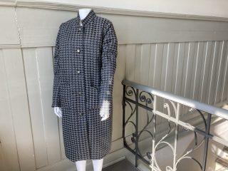 Naisen mustavalkoinen takki.