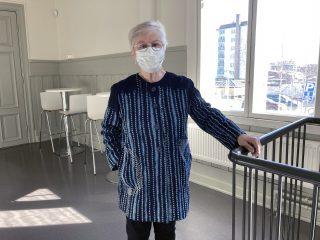 Naisen batikkikankaasta valmistettu takki, jossa borokirjailua.