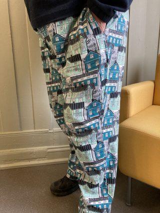 Kuviolliset naisten housut.