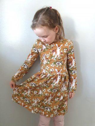 Tytön mekko eläinhahmo -printtitrikoosta.