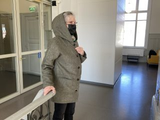 Naisen hupullinen takki.