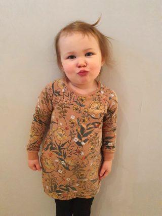 Pikkutytön kukkakuvoinen trikoomekko.