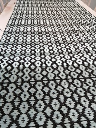 Mustavalkoinen kuviollinen matto.