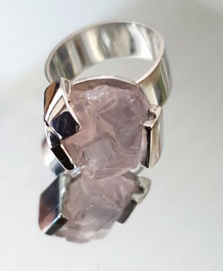 Hopea sormus, johon istutettu kivi.