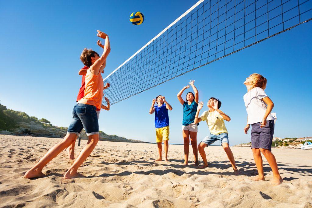 Lapsia pelaamassa beachvolleyta