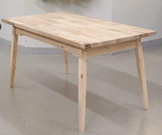 puinen sohvapöytä.