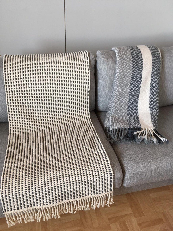 Moppiloimeen kudottu matto sekä villashaali.