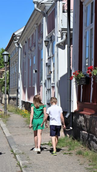 Lapset kävelevät Neristanin kaduilla.