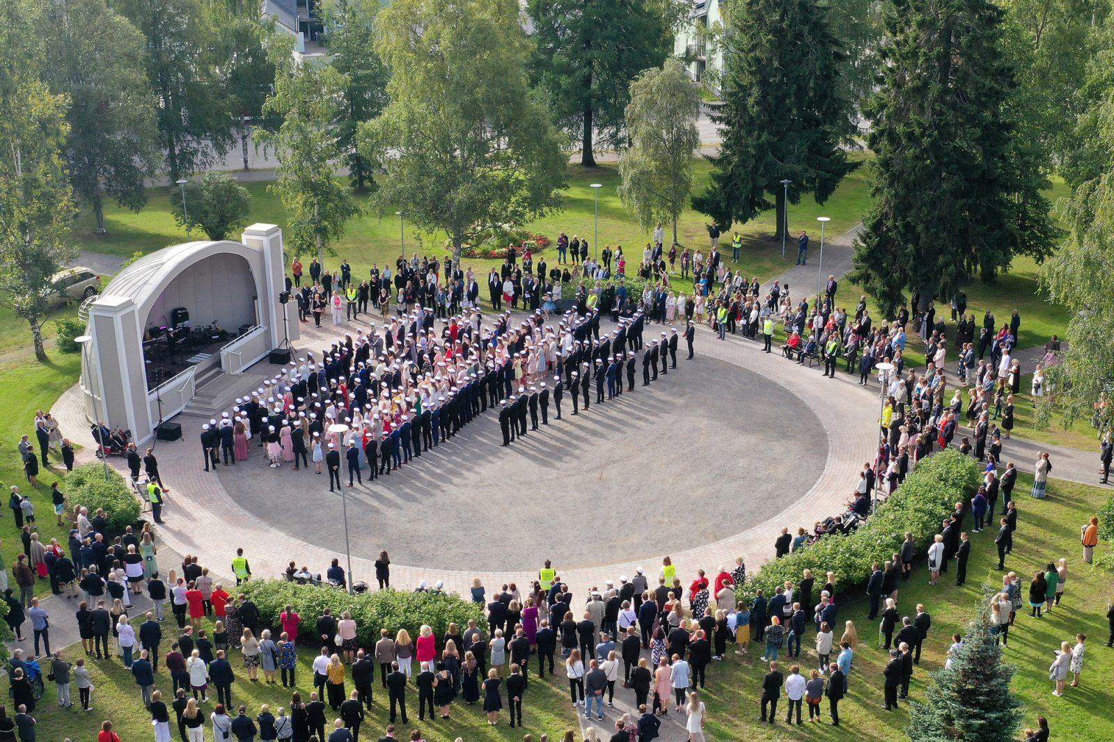 Ilmakuva puistosta, johon ylioppilaat kokoontuneet lakkiaisjuhlaan