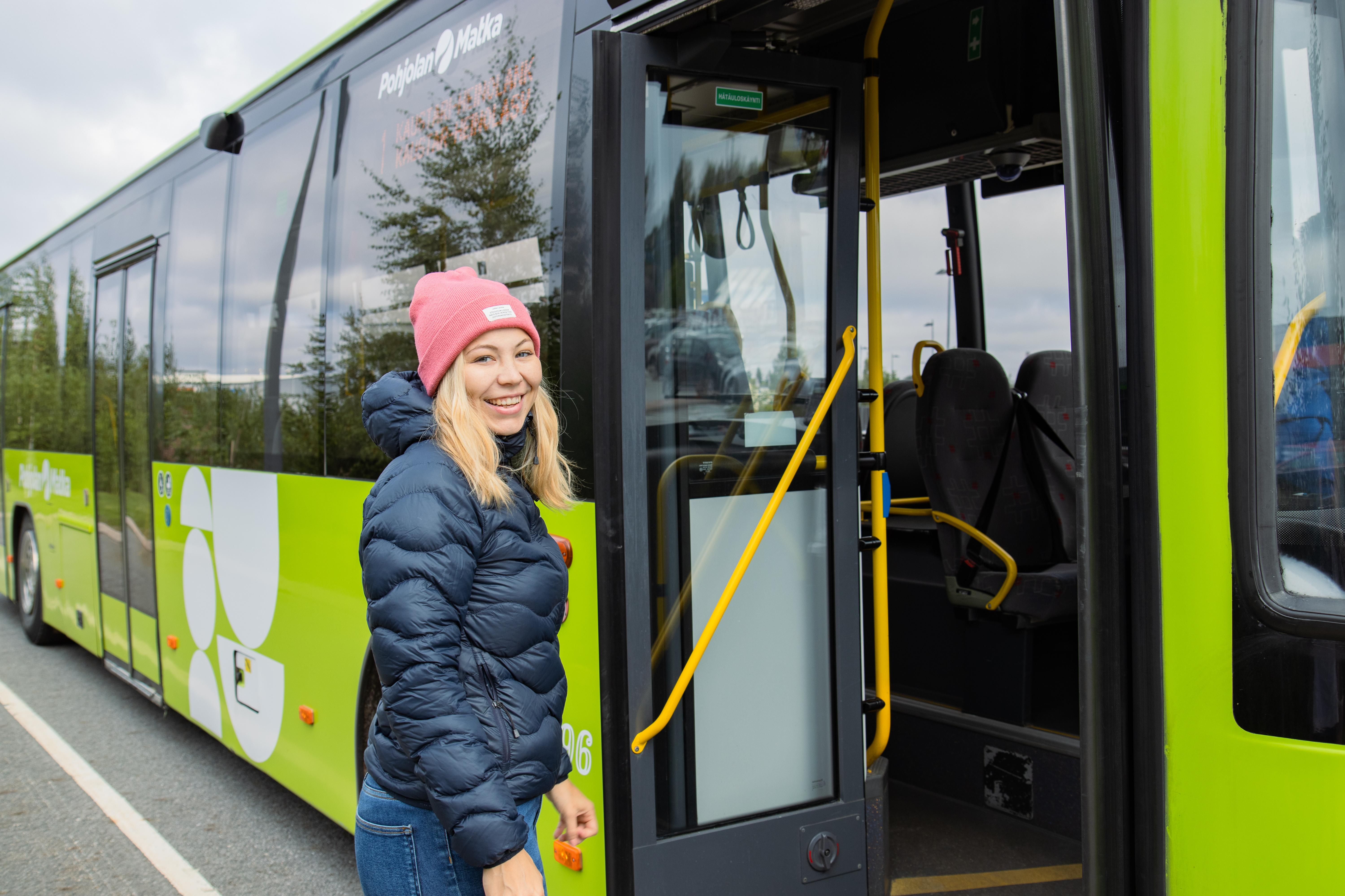 Hymyilevä bussimatkustaja