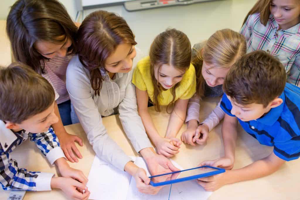 Barnen gör grupparbete