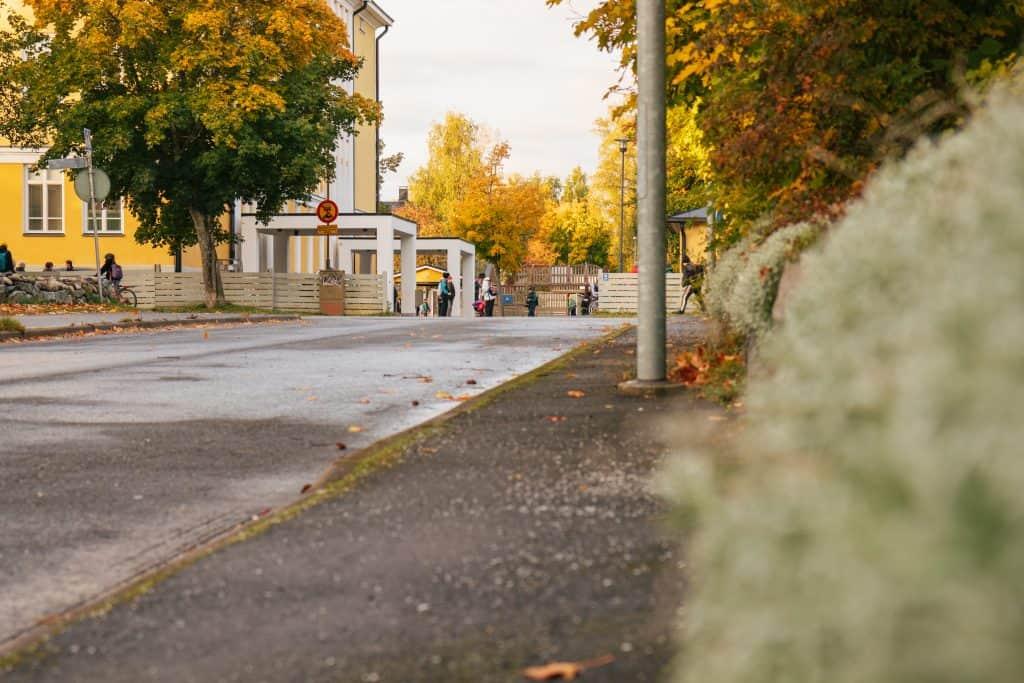 Kuvassa Mäntykankaan koulu syksyllä