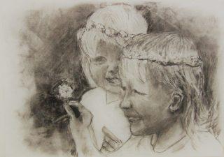 Hiilipiirros, joka kukkaseppeleet päässä olevaa kahta tyttöä.